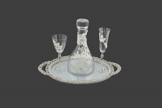 Καράφα και ποτήρι διακοσμημένα με λευκή κιπούρ δαντέλα