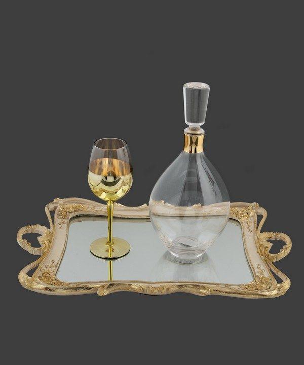 Καράφα και ποτήρι σε χρυσό χρώμα.